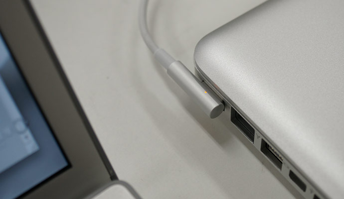 Brilliant-Macbook-Pro-Magsafe-magnetic-cable-design